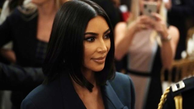 Polémica dos seis dedos: Kim Kardashian responde a falha de Photoshop