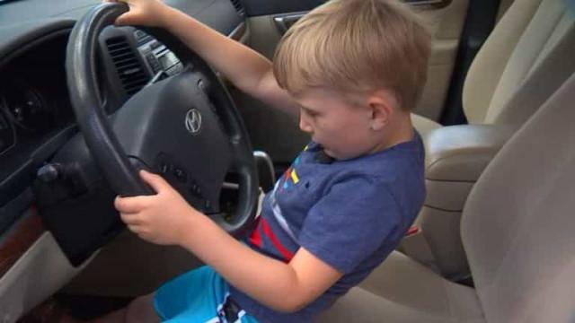 Menino de 4 anos conduz carro do bisavô para ir buscar doces