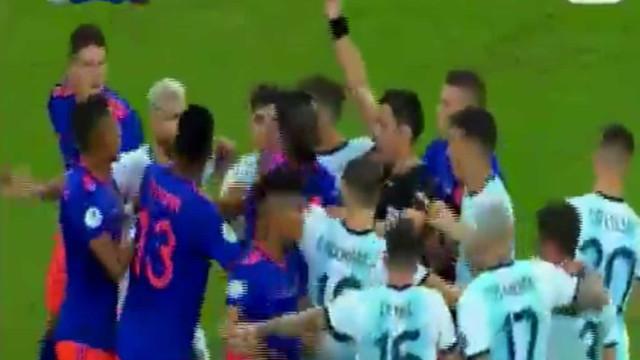Messi tentou fazer tudo sozinho e Cuadrado só o parou ao pontapé