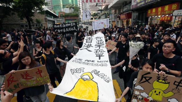 Polícia e chefe do Governo alvo de manifestantes em Hong Kong