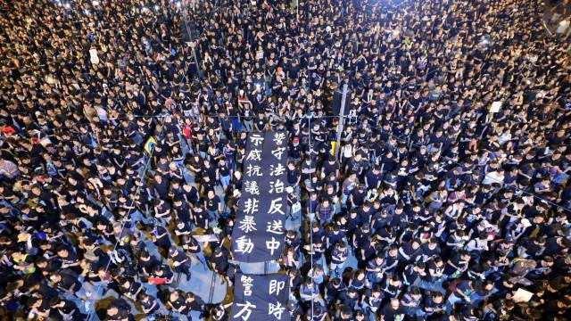 Dois milhões em protesto em Hong Kong na véspera de greve geral