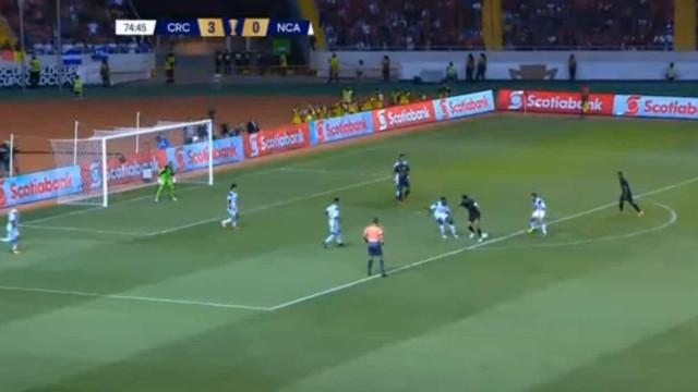 Bryan Ruiz teve 'olhos na nuca' e assistiu para golaço da Costa Rica