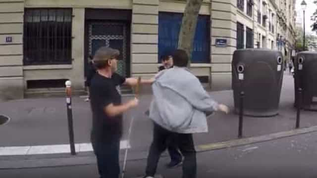 Condutor agride homem que ajudava um cego a atravessar a estrada