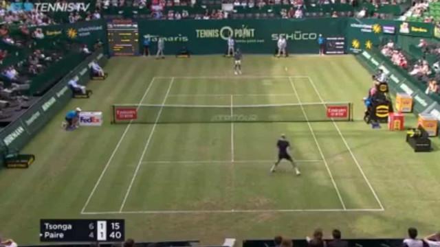Que ponto hilariante: Um jogo de ténis terminou numa partida de futebol