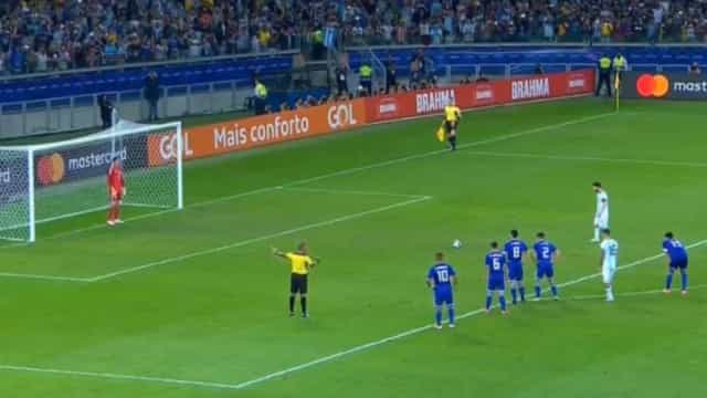 Guardião adivinhou o lado, mas este penálti de Messi parecia um 'míssil'