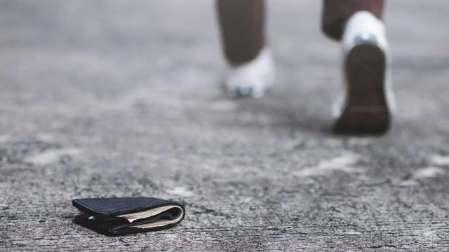 Afinal, o que fazem as pessoas quando encontram uma carteira na rua?