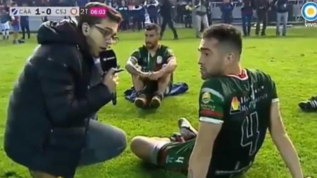 Jogadores sentam-se aos 50 minutos e recusam-se a continuar a partida