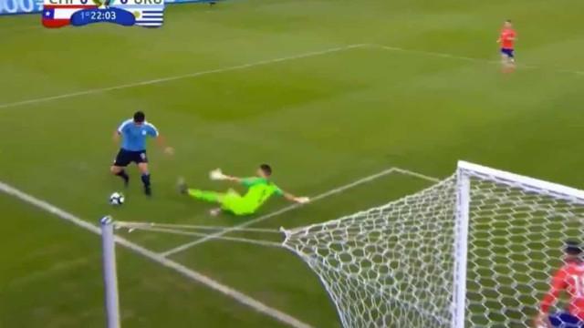 Surreal: Suárez ficou a pedir mão do... guarda-redes no Chile-Uruguai