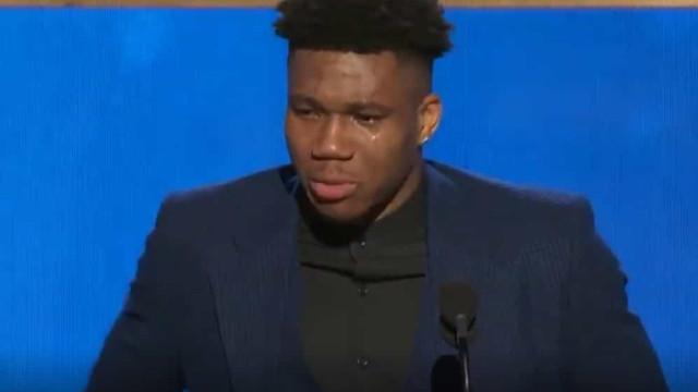 Antetokounmpo foi eleito o MVP da temporada e deixou todos a chorar