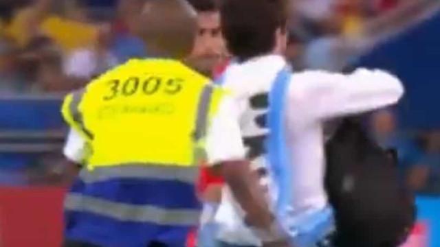 Adepto invade Chile-Uruguai e é pontapeado por jogador