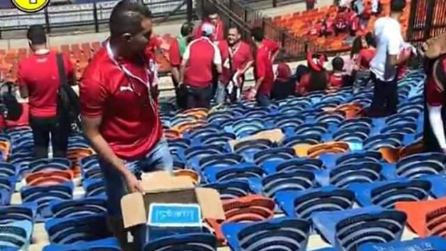 Adeptos do Egito dão o exemplo e limpam bancadas no final do jogo