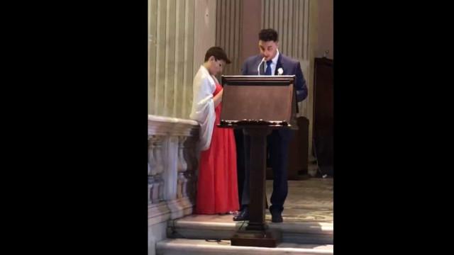 Adepto recita o hino da Roma numa igreja e o padre foi pronto a reagir