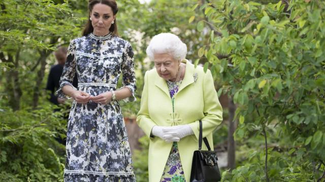 Rainha Isabel II entrega a Kate Middleton algo que 'guardava' há 67 anos