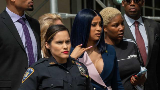 Cardi B apresenta-se em tribunal com look formal (mas com decote ousado)