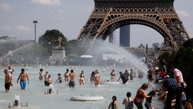 Onda de calor já chegou. Assim se refrescam (alguns) europeus