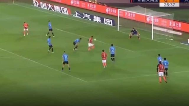Paulinho finalizou assim uma bela jogada do Guangzhou Evergrande