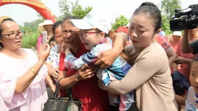O emocionante reencontro entre filha raptada há 30 anos e os pais