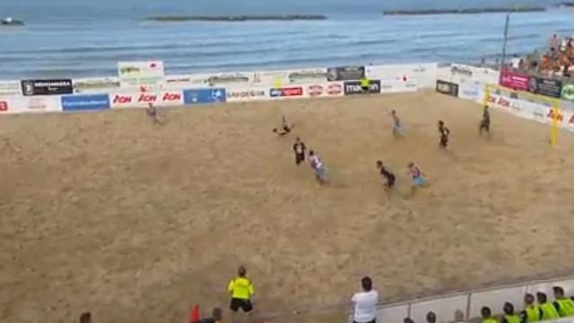 A fantástica 'chilena' no futebol de praia que apaixona os cibernautas