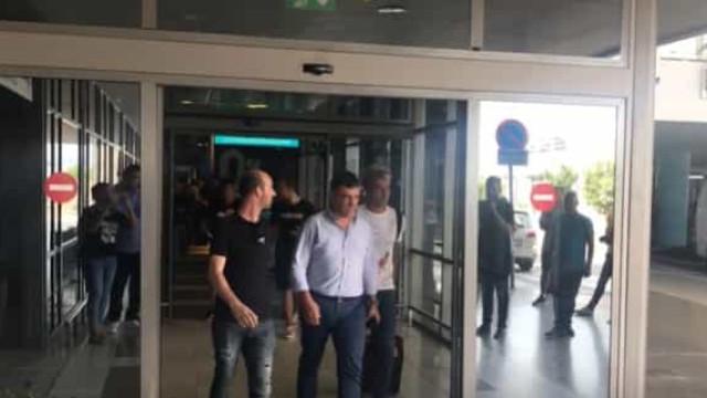 O momento em que Fábio Coentrão chegou à Grécia para assinar pelo PAOK
