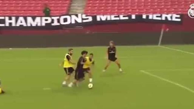 Kubo volta a impressionar: Tira três da frente e marca golaço