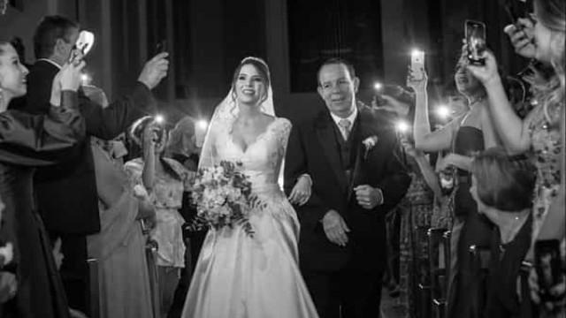 Noiva entra na igreja com luz de telemóveis após corte de energia