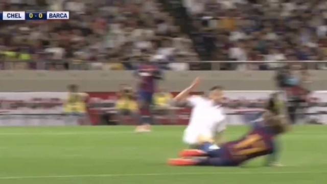 Falta grosseira: Jorginho entrou a 'varrer' sobre Griezmann