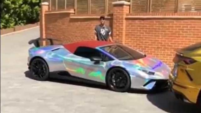 A cor do Lamborghini Huracan de Aubameyang é quase... indecifrável
