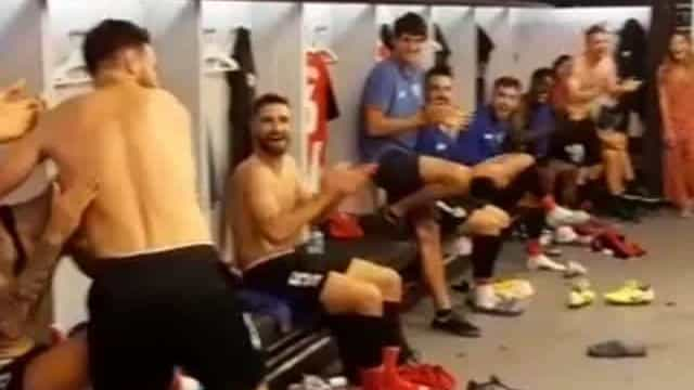 Marcou uma 'chilena' ao Barça e foi recebido assim no balneário
