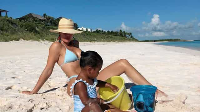 Khloé Kardashian mostra dia de praia com a filha, a pequena True