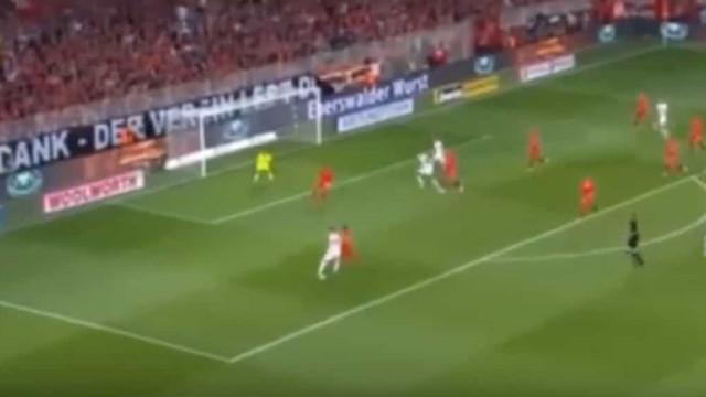 Defesa do Leipzig marcou um golo de fazer inveja a muitos avançados