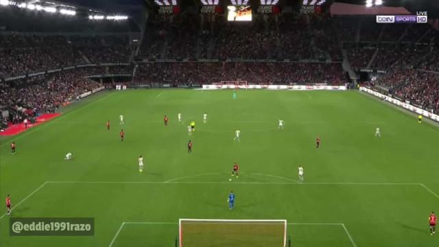 Defesa do Rennes ofereceu prenda a Cavani... que não desperdiçou