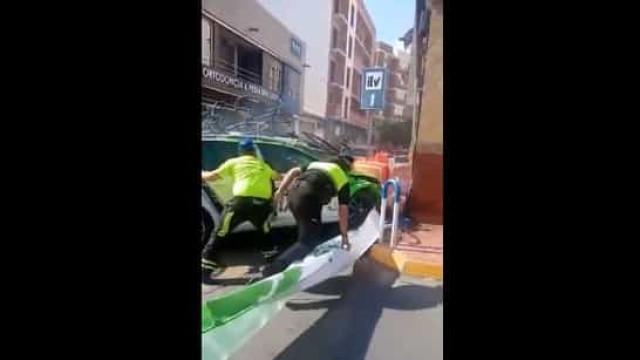 Susto na Volta a Espanha: Carro de apoio 'espetou-se' no reconhecimento