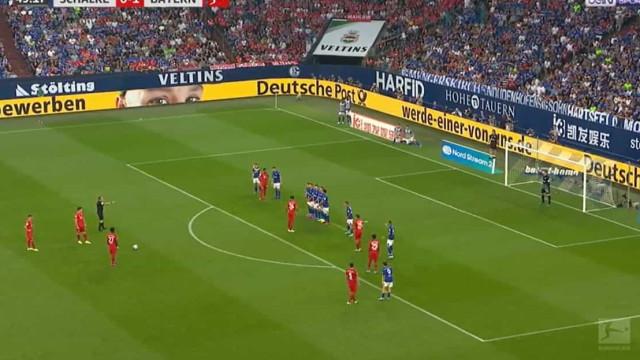 O fantástico golo de Lewandowski na visita do Bayern ao Schalke 04