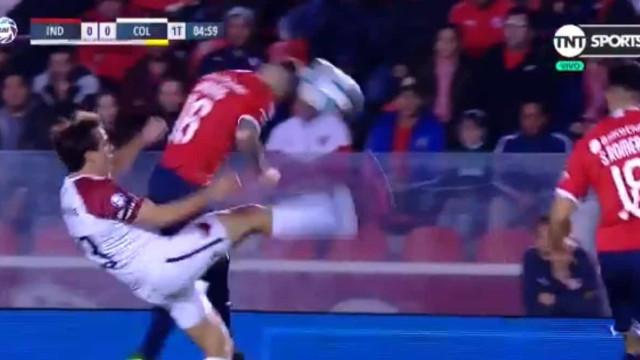 Entrada arrepiante no futebol argentino: Jogador pontapeia cara do rival