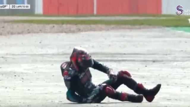De levar as mãos à cabeça: Dovizioso cai e a moto termina em chamas