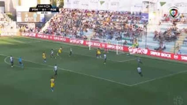 Zé Luís, a fechar o primeiro tempo, amplia para dois vantagem do FC Porto