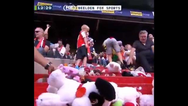 Jogo na Holanda foi interrompido por culpa de uma chuva de peluches