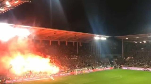 Arrepiante: Dérbi de Hamburgo teve direito a foguetes e bancadas a arder