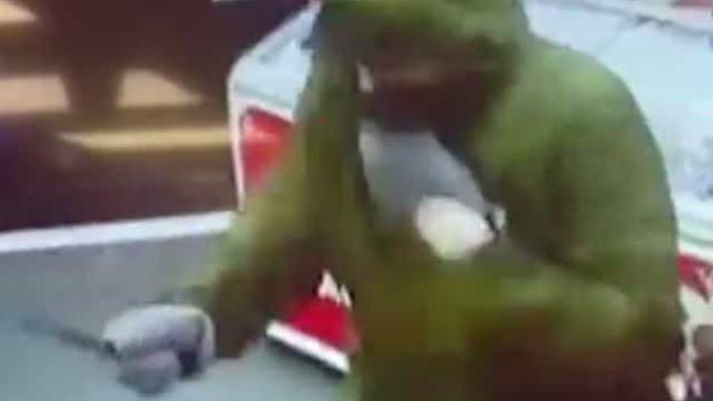 Menina de 11 anos assusta ladrão ao atirar-lhe... pão