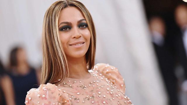 Beyoncé dá o ar da sua graça em longo (e sexy) vestido nude