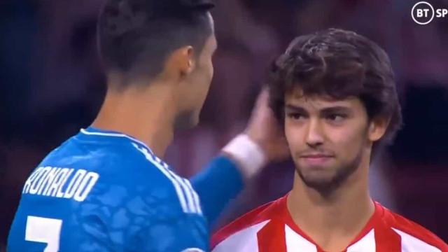 O cumprimento, as palavras e os sorrisos entre João Félix e Ronaldo