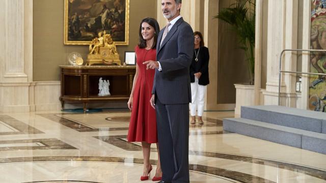 Rainha Letizia aposta em look vermelho para compromisso oficial