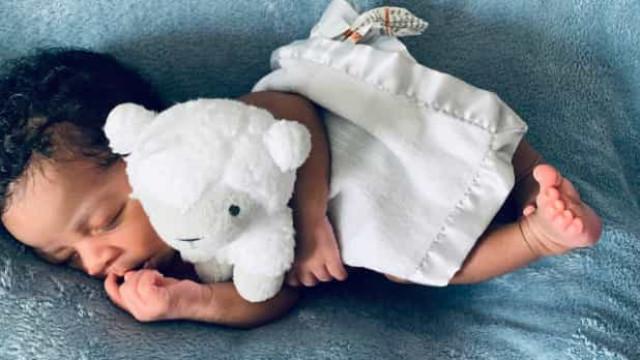 Bebé nasce em banheira após hospital mandar mãe para casa