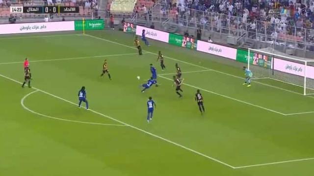 Lembra-se de Carlos Eduardo? Ex-FC Porto marcou de 'moinho' pelo Al-Hilal