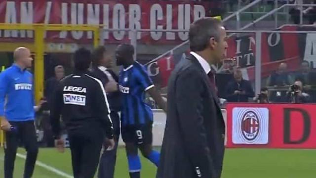 O cumprimento entre Conte e Lukaku que deixou o técnico 'aos papéis'