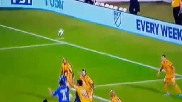 Ex-FC Porto, Diego Reyes sofreu traumatismo craniano neste lance