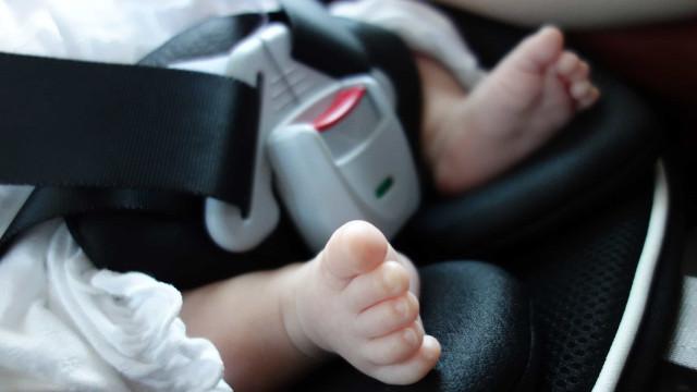 Bebé morre ao ser deixado na cadeirinha fora do veículo