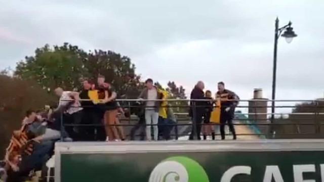 Terrível acidente: Vários jogadores caíram do autocarro em pleno festejo