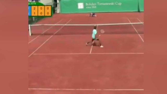 Desafiamos os maiores do ténis a fazer o que este jovem de 15 anos fez