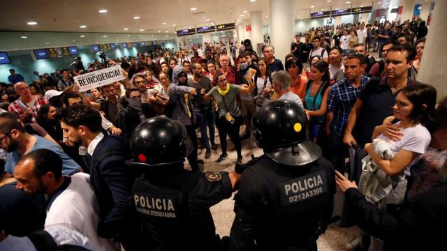 Protestos por condenações de independentistas provocam caos em Barcelona